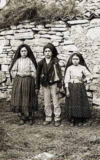Lúcia Santos (left) with her cousins Jacinta and Francisco Marto, 1917